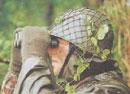 Soldat mit Gemüse am Helm