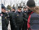 Polizei versperrt einer Person den Zutritt