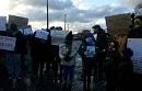 Bewohner_innen des Jungle bei Calais protestieren gegen die Zerstörung ihrer Häuser