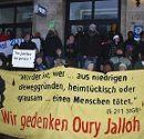 Jedes Jahr am 7. Jänner gedenken Menschen vor der Polizeistation Oury Jalloh und weiteren Opfern rassistischer Polizeigewalt, hier im Jahr 2010.