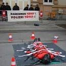 Kundgebung zum Prozessende gegen die drei Fremdenpolizisten, Korneuburg, 15. April 2002