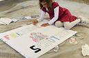 Mädchen malt den Schriftzug 'Freunde schützen'