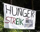 Hungerstreik - von den Behörden entferntes Transparent