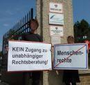 Protestaktion von SOS Mitmensch am 30. Juni 2011 vor der Erstaufnahmestelle Traiskirchen