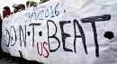 Don't beat us - Protestierende direkt gegenüber der Polizei