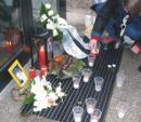 Kerzen vor dem Gerichtsgebäude in Dessau - Erinnerung an Oury Jalloh