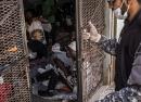 Tripolis, Libyen, 27.03.2017: Ein Wächter schließt die Tür zu einer Zelle im Abu Salim Internierungslager in Tripolis. Es ist inakzeptabel, Menschen willkürlich einzusperren. © Guillaume Binet/Myop