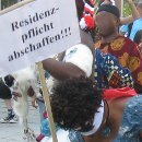 Forderung zur Abschaffen der Residenzpflicht bei der Maskeraden Parade am 5. Juni 2010.
