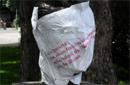 Weinheber mit Plakat mit Zitat aus dem Text 'Ein Denkmal...'