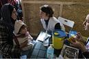 Moria, Griechenland, 7.2.2018: Krankenschwestern von Ärzte Grenzen klären eine Mutter über die Masernimpfung ihres Kindes auf. Foto: MSF/Julia Kourafa